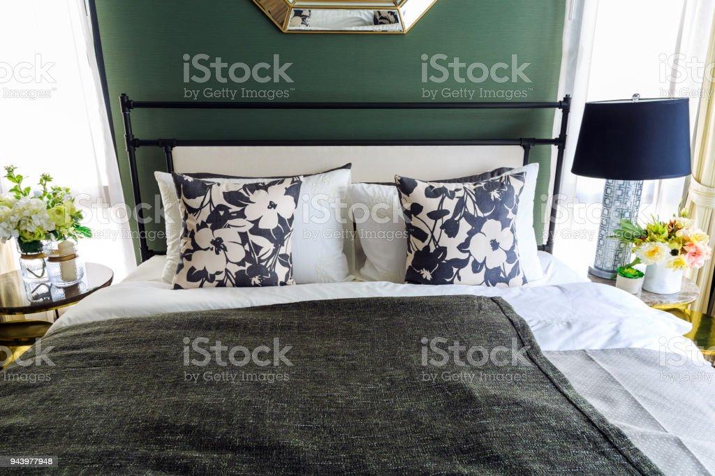 Eine Innere Bild Ein Bett Mit Vielen Kissen Mit Einem Schwarzen ...