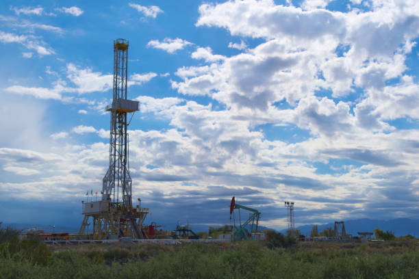 An oil extraction tower in Mendoza, Argentina An oil extraction tower in Mendoza, Argentina altocumulus stock pictures, royalty-free photos & images