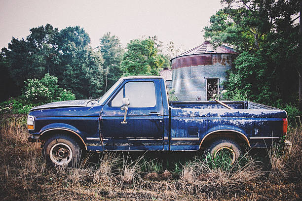 rustikale truck - alte wagen stock-fotos und bilder