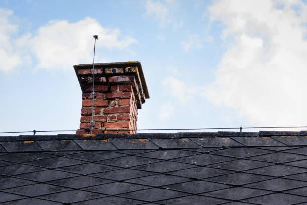 ein alter Schornstein auf dem Dach – Foto