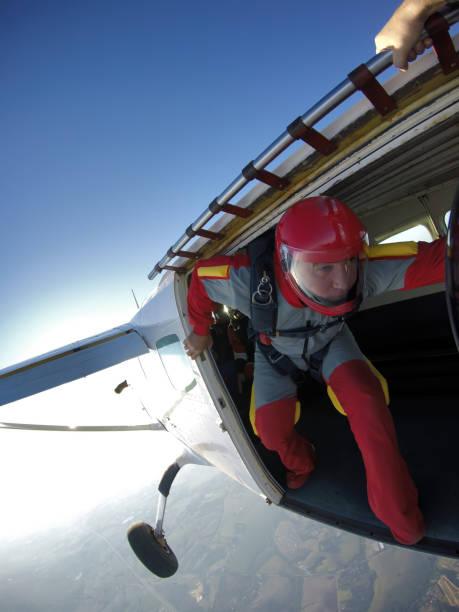 en gammal man som hoppar från planet vid solnedgången - sky diving plane inside bildbanksfoton och bilder