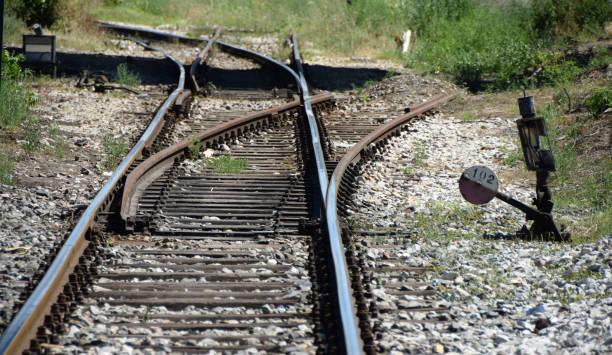 en gammal järnväg föreningspunkt på övergivna järnvägen - derail bildbanksfoton och bilder
