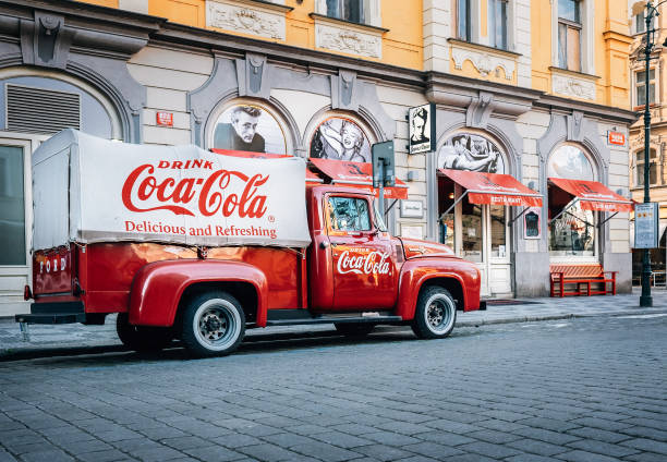 ein alterenovierter 1930 – 1940er jahre coca-cola rote lieferung pickup lkw 1934 ford parkplatz auf der prager straße in prag, tschechische republik - alte wagen stock-fotos und bilder
