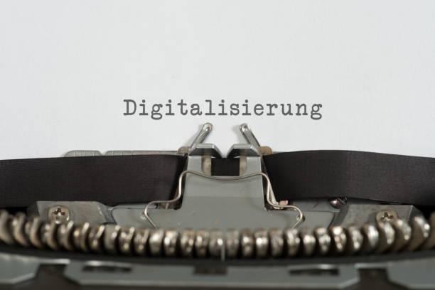 Eine alte Schreibmaschine und Digitalisierung stock photo