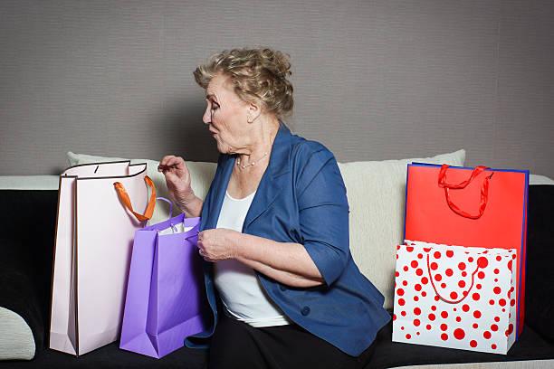 una vecchia donna con il suo lo shopping - holiday and invoice family foto e immagini stock