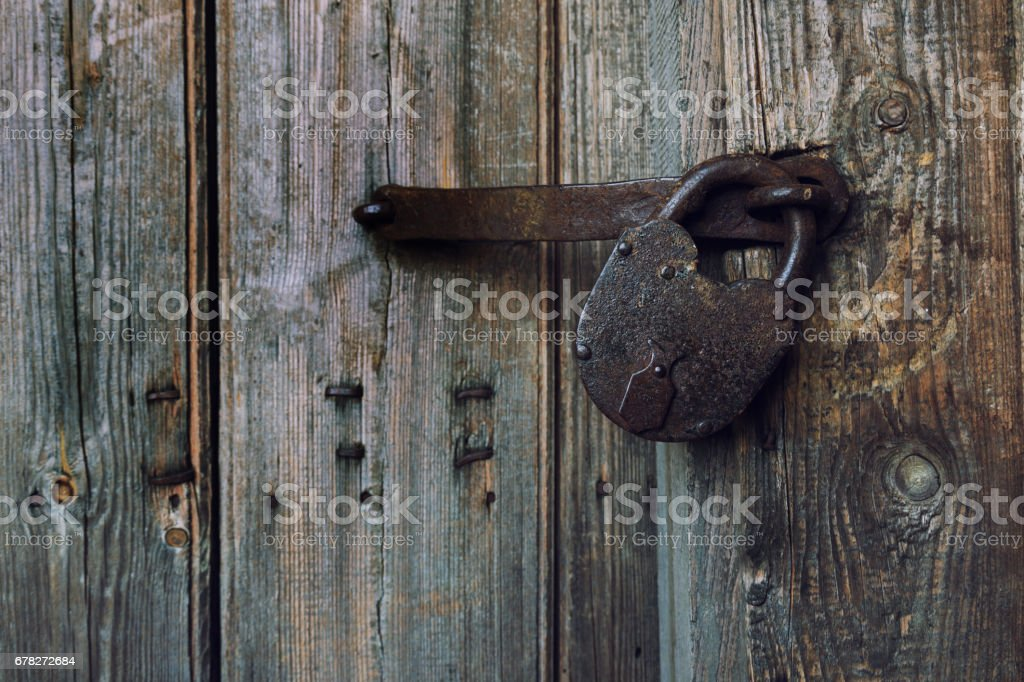 an old wooden door with an old lock imagens de acervo e mais fotos