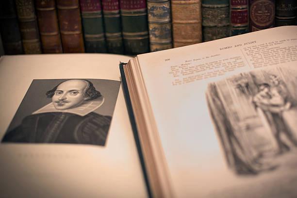 ein offenes buch mit william shakespeare porträt - drehbuchautor stock-fotos und bilder
