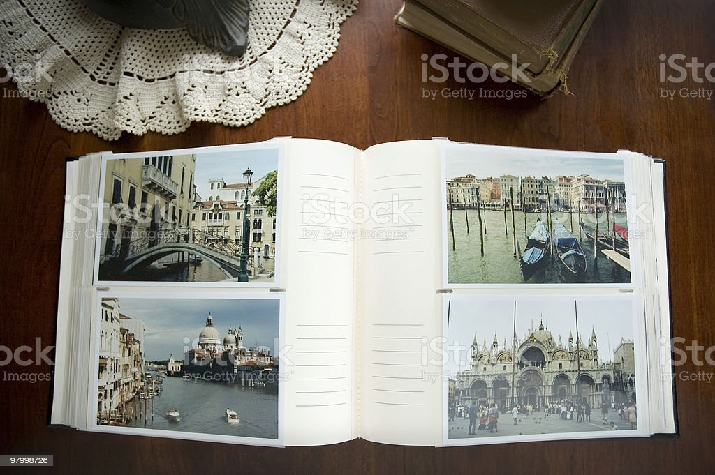 An open photo album on a wooden coffee table royalty free stockfoto