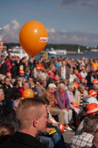 eine orange ballon in den hafen von stralsund - merkel cdu stock-fotos und bilder