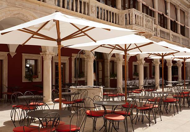 outdoor-bar-restaurant - sonnenschirm terrasse stock-fotos und bilder
