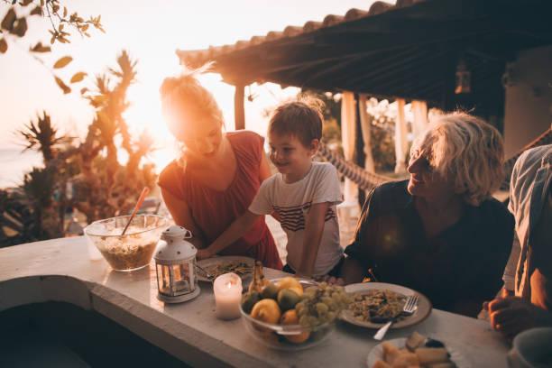 ein familienessen im freien - griechische partyspeisen stock-fotos und bilder