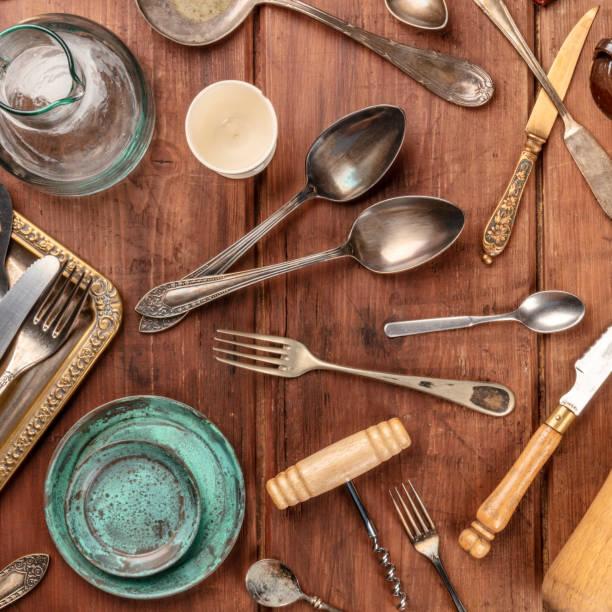ein overhead foto von vielen vintage küche objekte und besteck aus ein altes restaurant, flohmarkt sachen auf einem hölzernen hintergrund - kücheneinrichtung nostalgisch stock-fotos und bilder