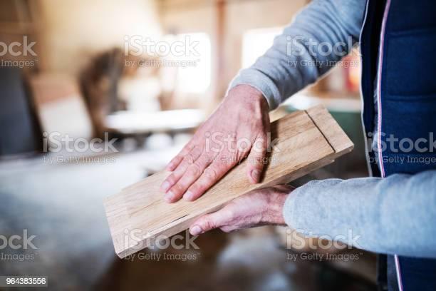 Foto de Um Trabalhador Homem Irreconhecível Na Oficina De Carpintaria Trabalhando Com Madeira e mais fotos de stock de Adulto