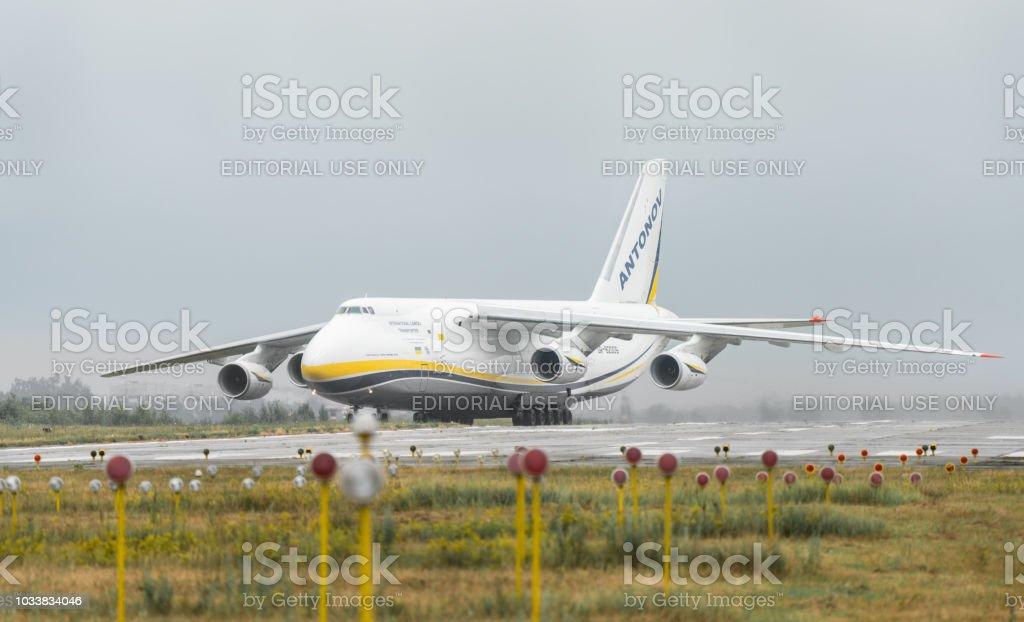 キエフウクライナのホストーメリ空港で124 100 M 150 ルスラン ...