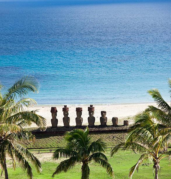 anakena strand mit moai der osterinsel, chile - osterinsel stock-fotos und bilder