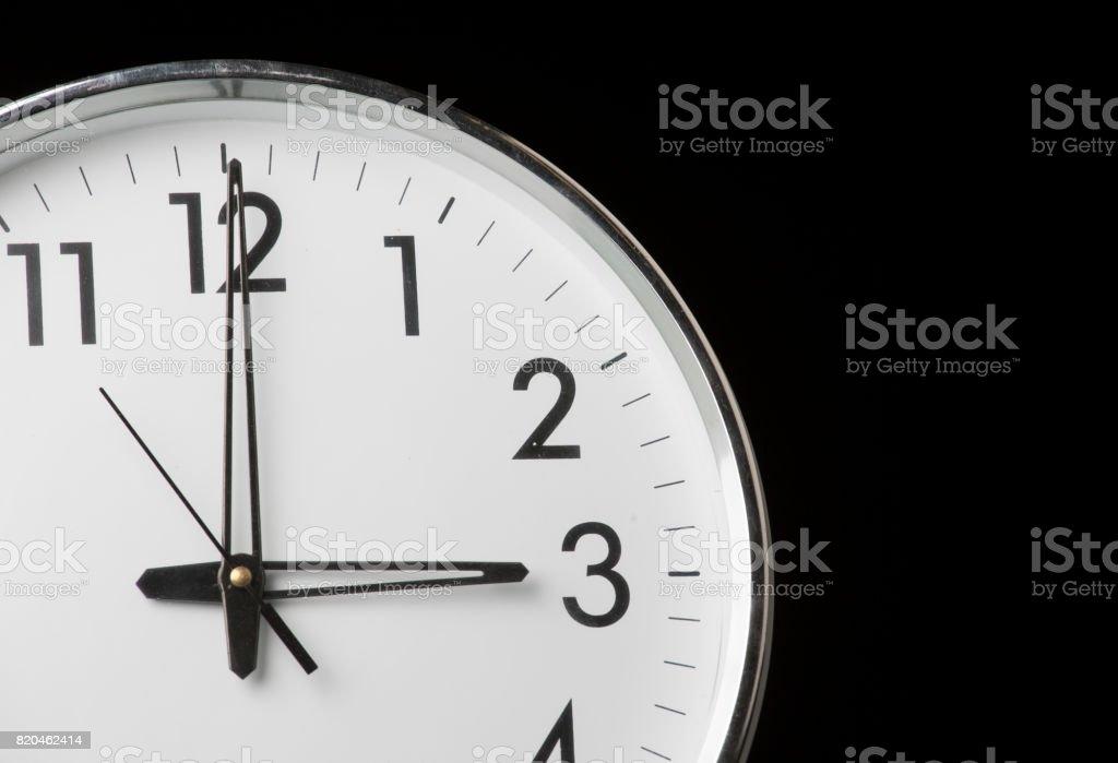 Analoge Uhr mit der Zeit 09:00 – Foto