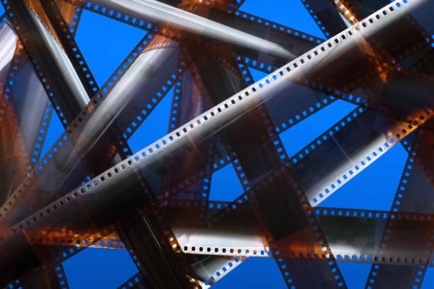 analoge filmstreifen. verworrenen movie plot. - medium strähnchen stock-fotos und bilder