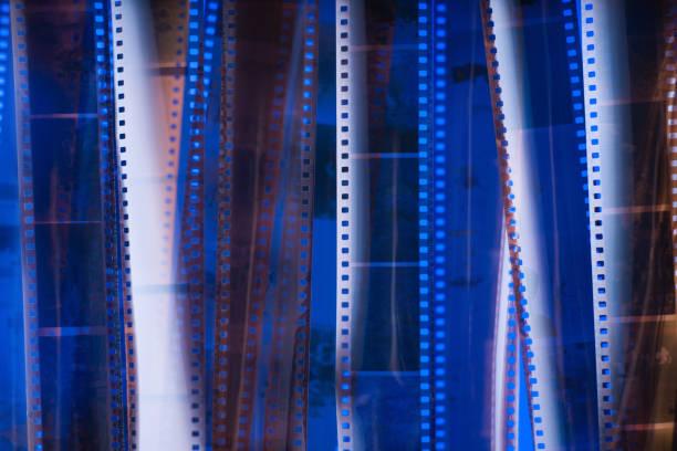 analogen fotofilm textur. blaue beleuchtung. - medium strähnchen stock-fotos und bilder