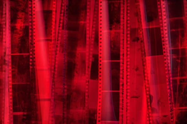 analogen fotofilm textur. rotes licht. - medium strähnchen stock-fotos und bilder