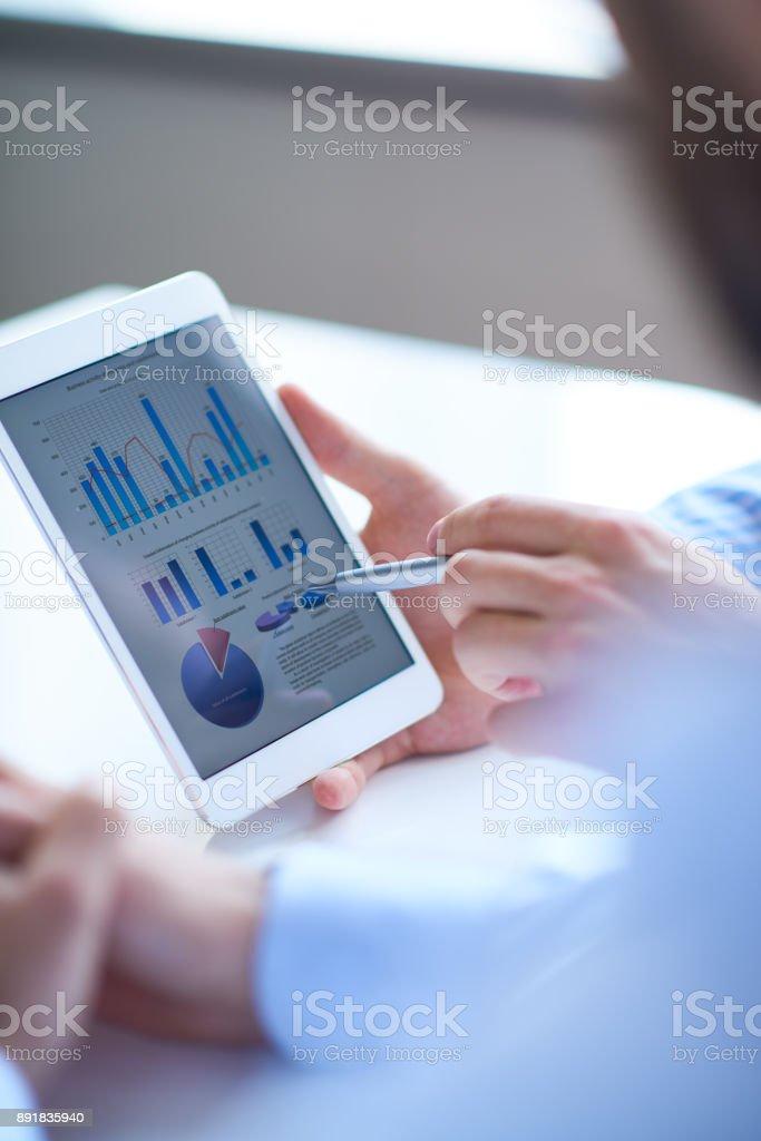 Analysten diskutieren Finanzbericht – Foto