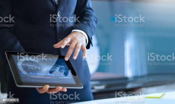 Analyse Von Daten Geschäftsmann Arbeiten Und Marktdaten In Büro Überprüfen Die Hand Verweist Auf Die Daten In Der Tabelle Auf Tablet Stockfoto und mehr Bilder von Analysieren