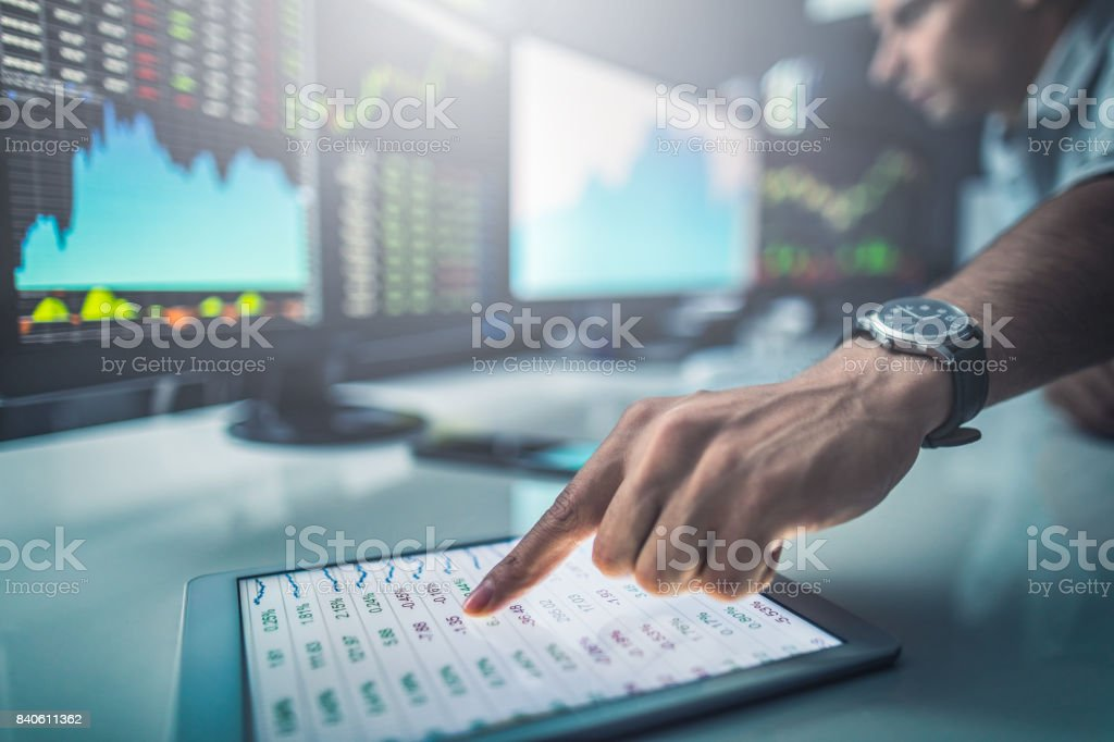 Analyzing graphs and reports for investment purposes. - foto stock