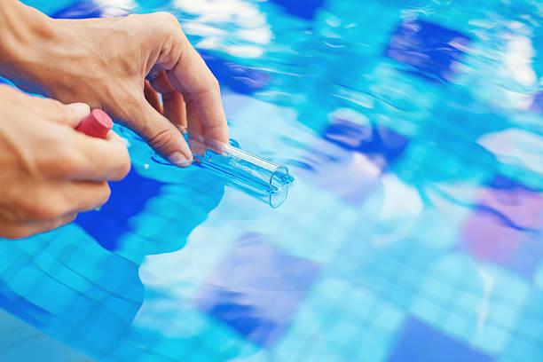 Analysieren von Wasser aus Swimmingpool – Foto