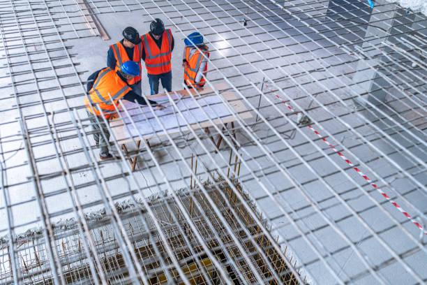 Analyse von Plänen auf einer Baustelle – Foto
