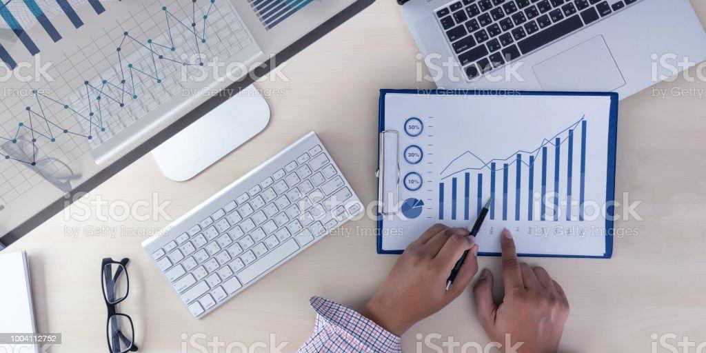 Analyse der Arbeit am Laptop Anlagekonzept Accounting. – Foto