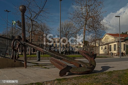 This old and very old anchor was here to remember the times when the boats of royalty and ships here entered the river.