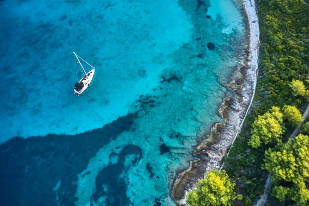 veleiro ancorado, vista do zangão - escapismo - fotografias e filmes do acervo