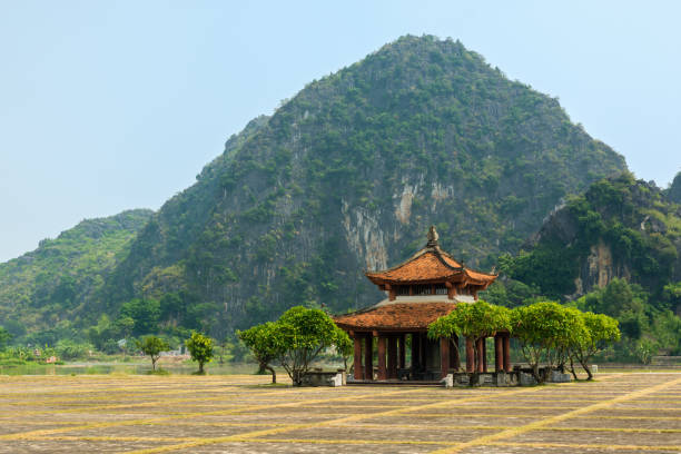 alte gebäude in der nähe von alte hauptstadt hoa lu, ninh binh, vietnam - holu stock-fotos und bilder