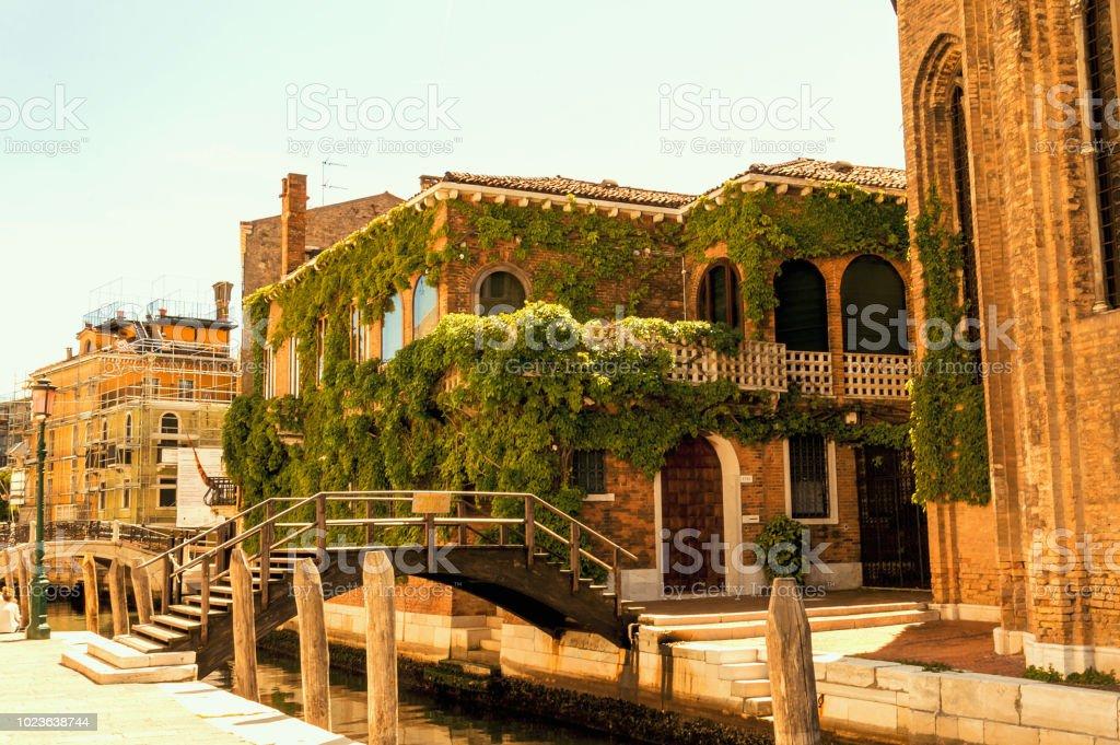 Bulding antiga no centro medieval de Veneza - foto de acervo