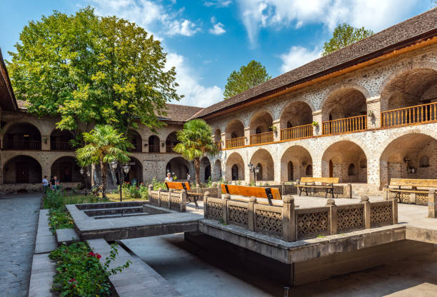oud caravanserai hotel in de oude stad, gebouwd in de 17e eeuw - karavanserai stockfoto's en -beelden