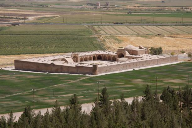 oude karavanserai in bisotun, iran - karavanserai stockfoto's en -beelden
