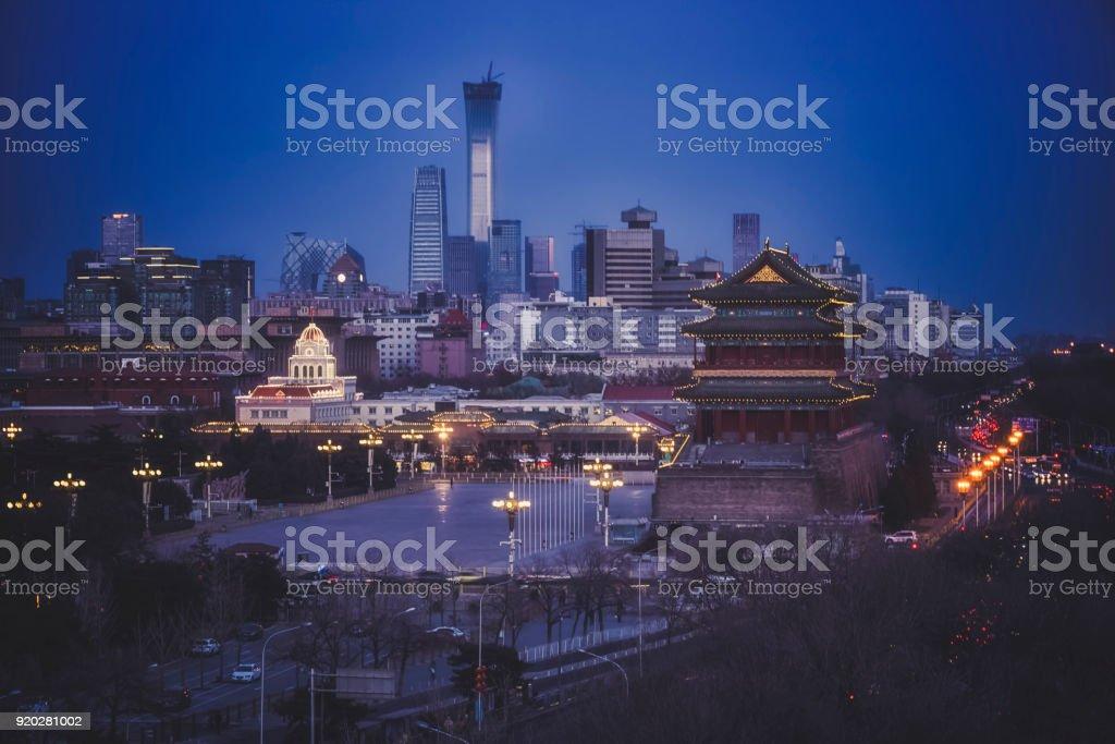 Alten chinesischen Architektur mit neuen Peking-Skyline bei Nacht – Foto