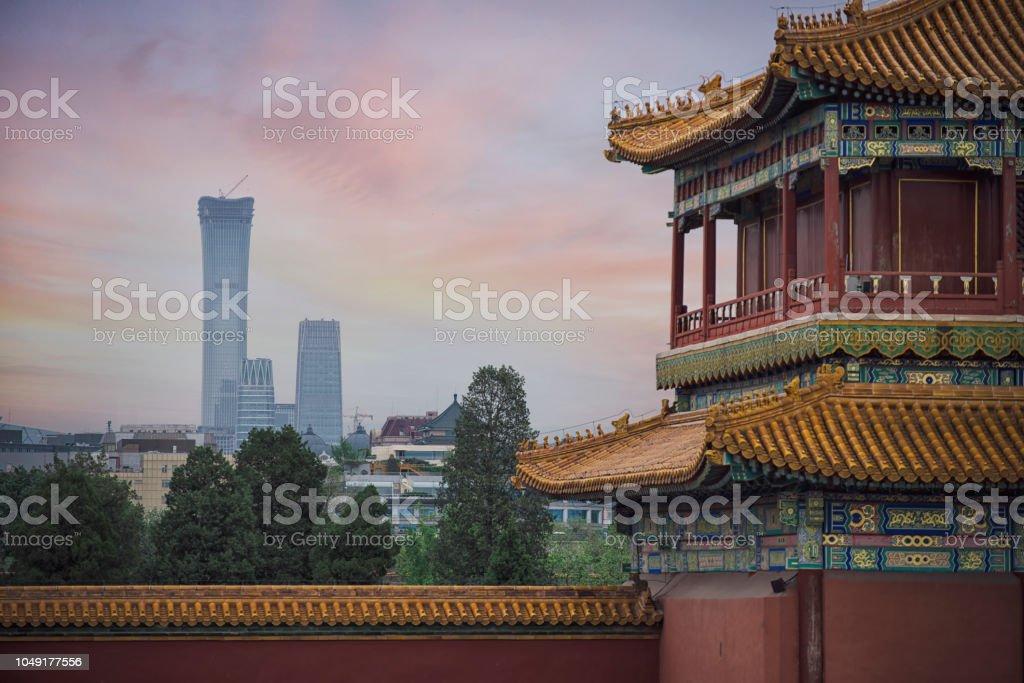 Alten chinesischen Architektur mit neuen Peking skyline – Foto