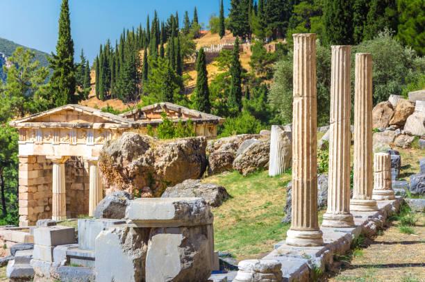 Antike Stadt Delphi mit Ruinen des Tempels von Apollo, die Omfalos (Mitte) der Erde, Theater, Arena und andere Gebäude, Griechenland – Foto