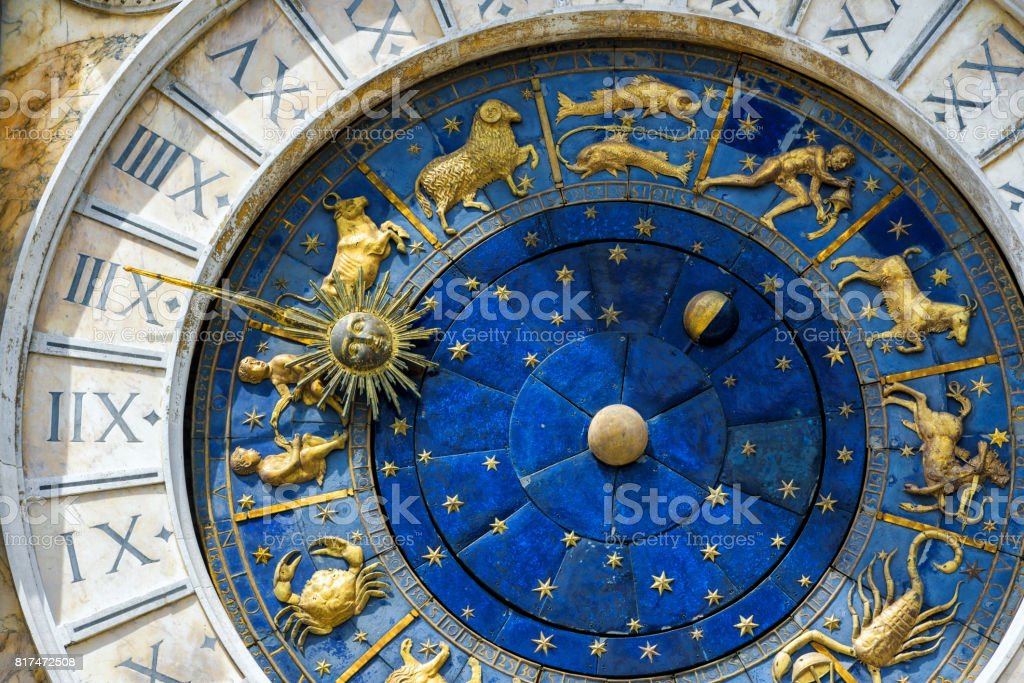 Antika klockan i den Markusplatsen i Venedig bildbanksfoto