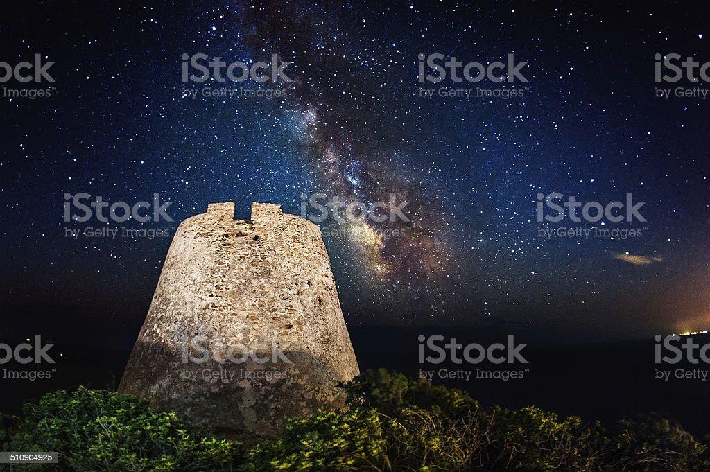 Costeira antiga Torre sob a Via Láctea - foto de acervo