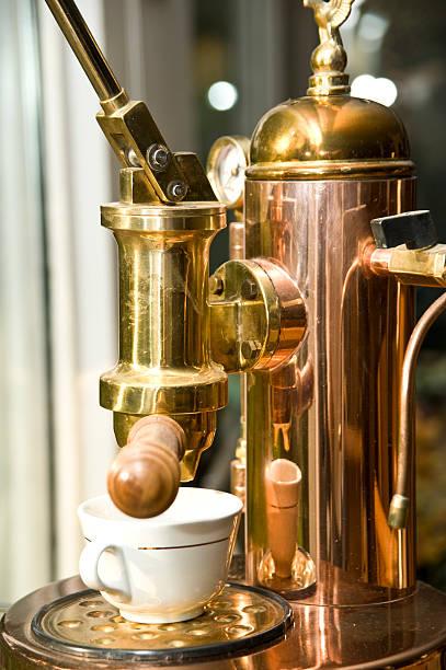 antico caffè maschine-kaffeemaschine aus kupfer - argento metallo caffettiera foto e immagini stock