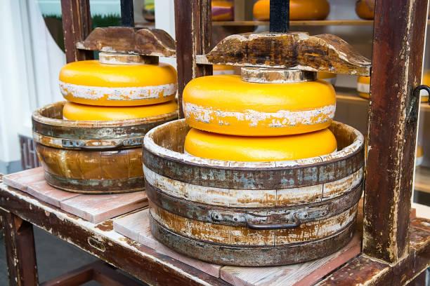 altes handwerk-käse - günstig nach amsterdam stock-fotos und bilder