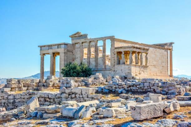 ギリシャ、アテネのアクロポリスの丘に古代のエレクテ寺院 - アテネ ストックフォトと画像