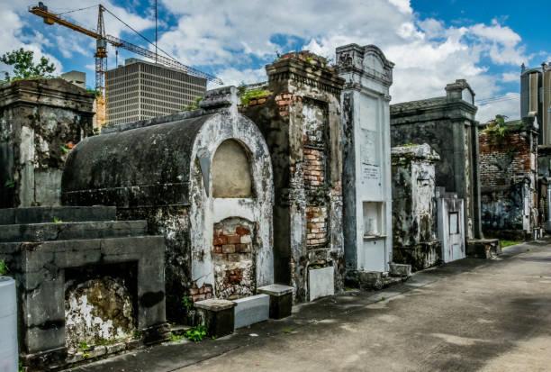 ancient family crypt. picturesque ancient cemetery of st. louis, new orleans, louisiana, usa - st louis стоковые фото и изображения