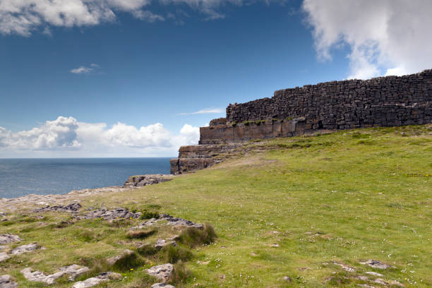 Ancient fort wall and Cliff Edge of Dun Aonghasa (Dun Aengus), Inishmore, Aran Islands, County Galway, Ireland This is the east side of the inner enclosure wall of Dun Aonghasa (Dun Aengus) where it ends at a cliff edge over the Atlantic ocean. michael stephen wills aran stock pictures, royalty-free photos & images