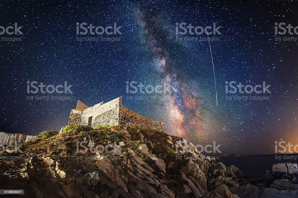 Antiga fortaleza à noite, sob a Via Láctea - foto de acervo