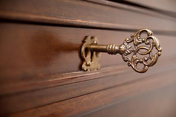 antike möbel schloss, ist entscheidend. - schlüssel dekorationen stock-fotos und bilder