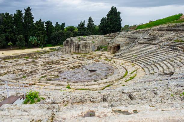 altgriechisches amphitheater in der historischen stadt syrakus auf der insel sizilien - syrakus stock-fotos und bilder