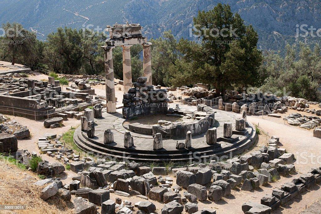 De los antiguos griegos ruinas de Delphi con paisaje boscoso de - foto de stock