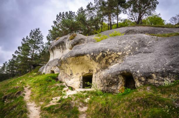 handgemachte höhlen in der nähe der siedlung von der kroatischen white - stilsko, ukraine. stilsko gehörte zu den größten städten europas im 9 jahrhundert. - hobbit häuser stock-fotos und bilder